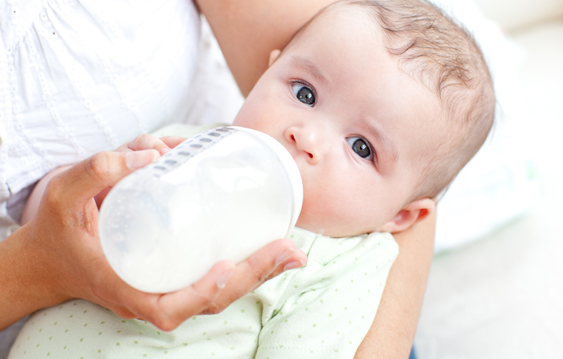 baby not swallowing milk from bottle